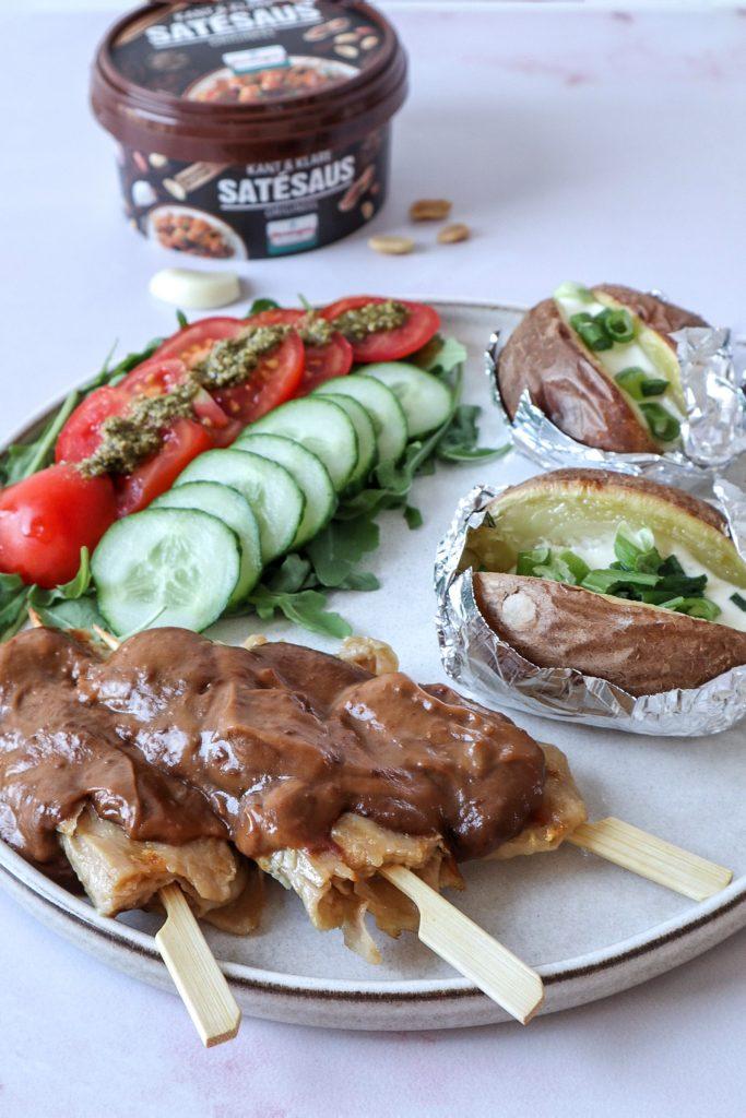 Vegetarische saté met gepofte aardappels